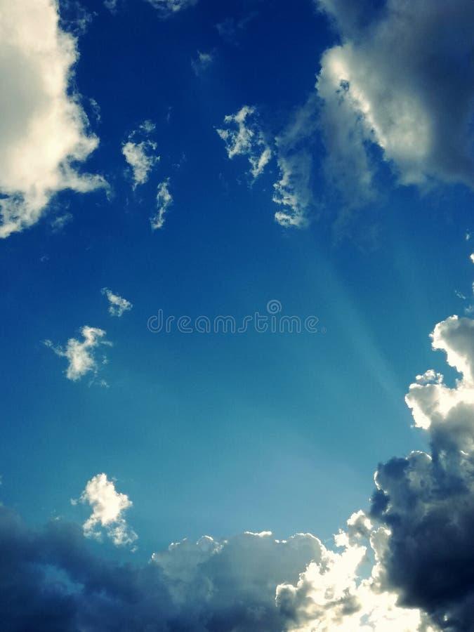 Verbazende mening van balkon blauwe hemel, perfecte witte wolken en boom royalty-vrije stock afbeeldingen