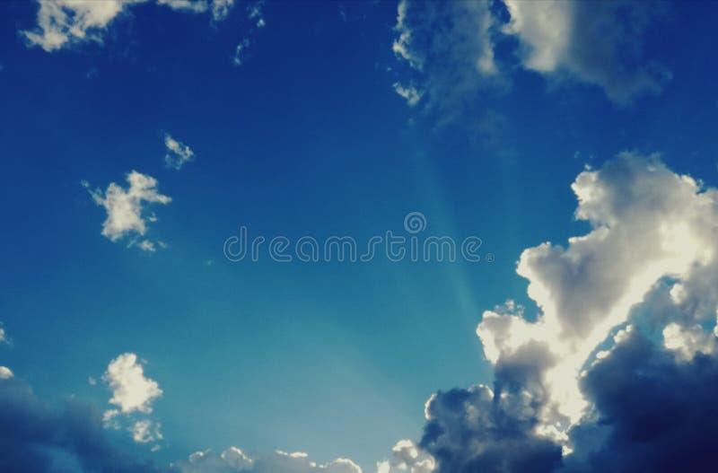 Verbazende mening van balkon blauwe hemel, perfecte witte wolken en boom royalty-vrije stock afbeelding
