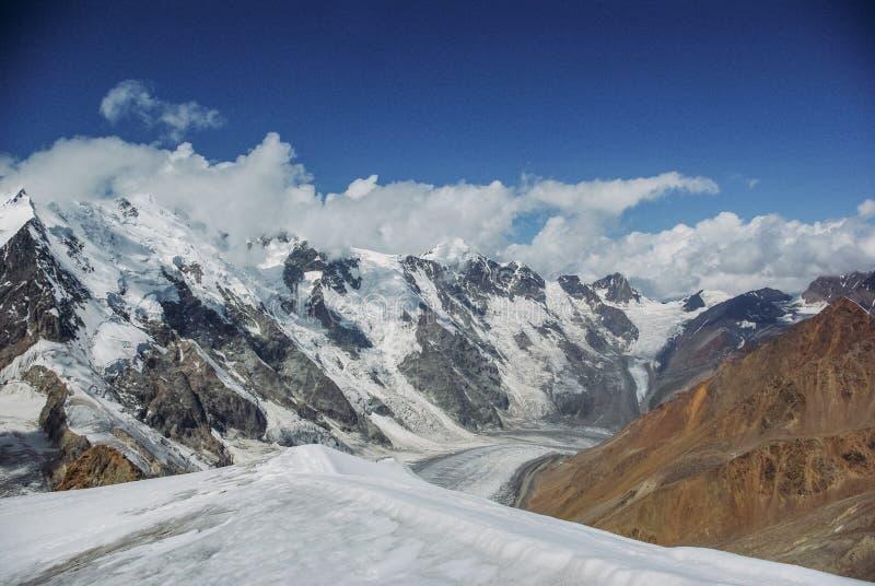 verbazende mening van bergenlandschap met sneeuw, Russische Federatie, de Kaukasus, royalty-vrije stock afbeeldingen