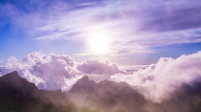 Verbazende mening van bergpieken met mooie wolken op de zonsondergang stock foto