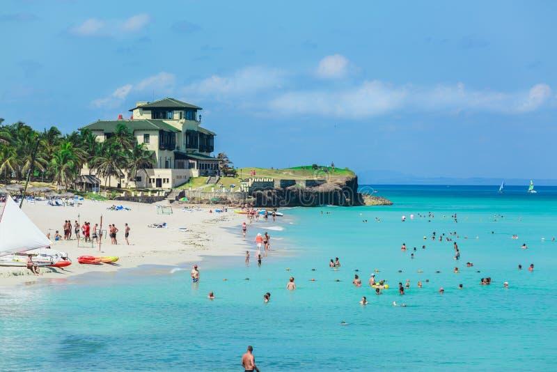 Verbazende mening van bezig schitterend Cubaans strand met vele mensen die in de oceaan zwemmen royalty-vrije stock foto's