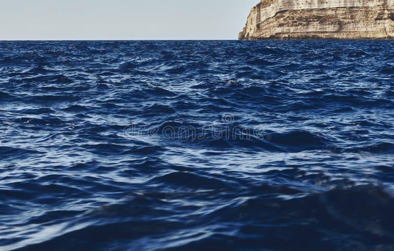 Verbazende mening van de donkerblauwe golven royalty-vrije stock afbeelding