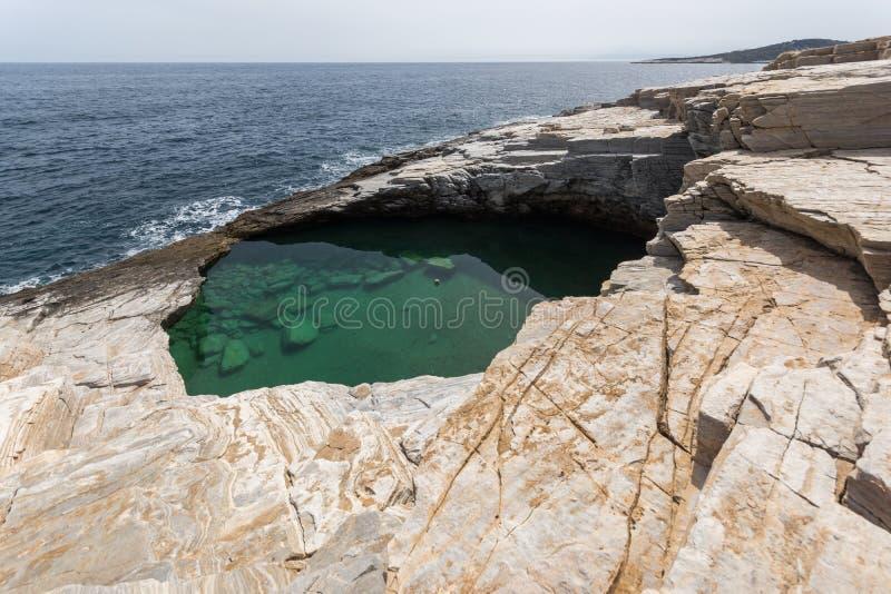 Verbazende mening van de Natuurlijke Pool van Giola in Thassos-eiland, Griekenland royalty-vrije stock fotografie