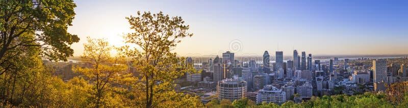 Verbazende mening van de stad van Montreal bij zonsopgang met kleurrijke blauwe architectuur, groen en geel landschap Mooi hemel  royalty-vrije stock foto's