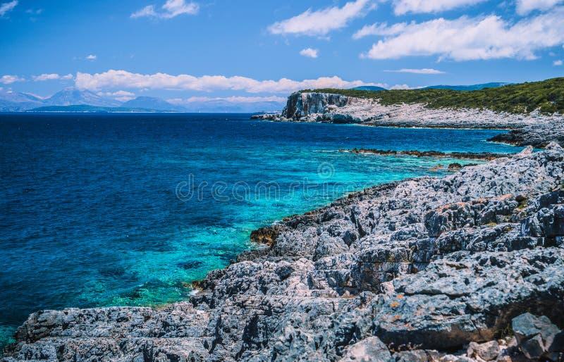 Verbazende mening van glashelder blauw water en adembenemende klippen in Griekenland Grieks zeegezicht stock afbeelding