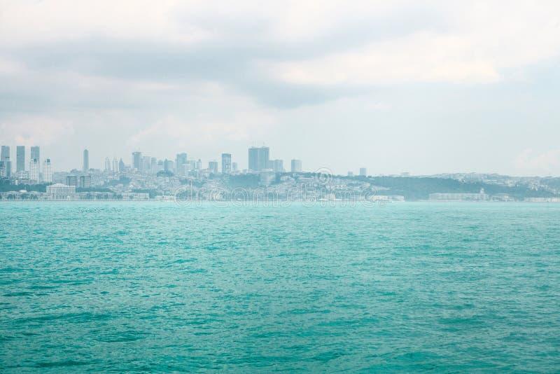 Verbazende mening van het Europese deel van Istanboel tegen mooie blauwe Bosphorus en de hemel Modern Istanboel Reis stock foto's