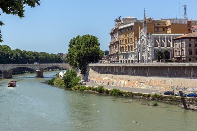 Verbazende mening van het Hooggerechtshof van Cassatie en Tiber-Rivier in stad van Rome, Italië stock foto's