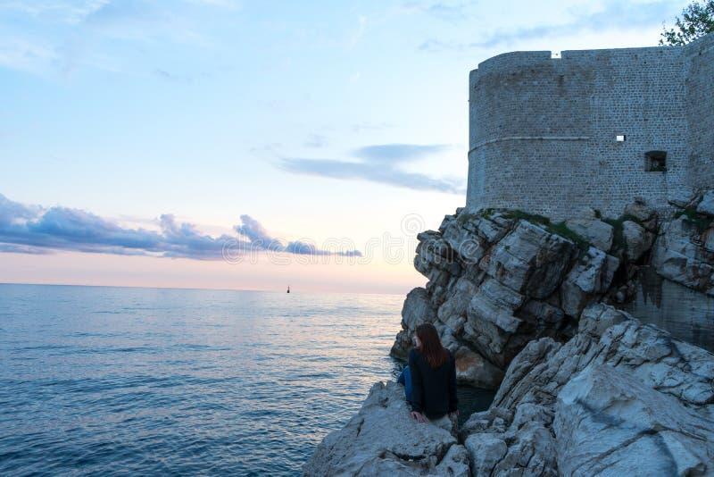 Verbazende mening van het kasteel bovenop de berg in Dubrovnik Kroatië Wachtpost boven muren van de oude stad van Dubrovnik royalty-vrije stock fotografie