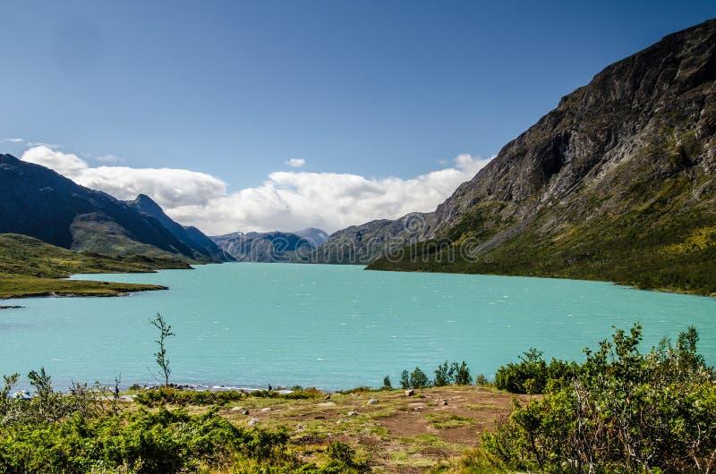 Verbazende mening van het kristal blauwe meer Gjende in het Nationale Park van Jotunheimen met mooie bergen erachter en blauwe he royalty-vrije stock foto's