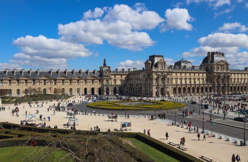 Verbazende mening van het vierkant van het venster van het Louvre Parijs Frankrijk April 2019 stock foto's