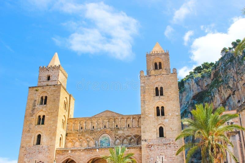 Verbazende mening van historische Cefalu-Kathedraal in het Italiaans Sicili? De beroemde Rooms-katholieke basiliek werd gebouwd i stock fotografie