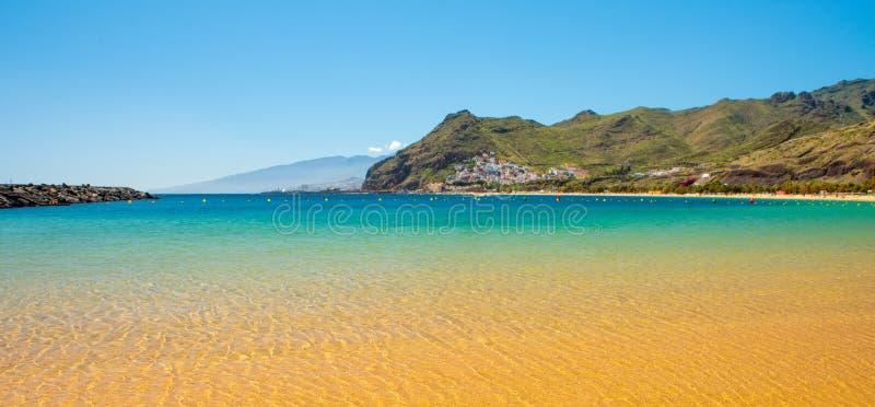 Verbazende mening van strand las Teresitas Tenerife royalty-vrije stock afbeeldingen