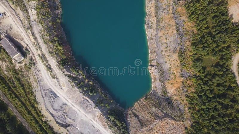 Verbazende meningen over de bomen en de meren tijdens het de Herfstseizoen schot Hoogste mening over Azuurblauwe kust van een mee stock foto