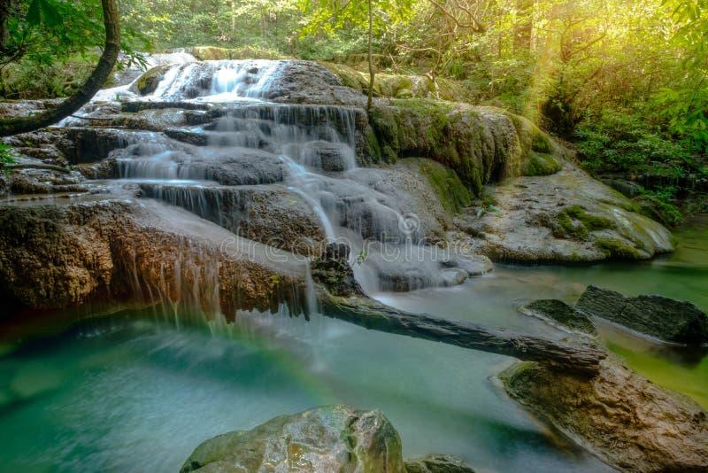 Verbazende mooie diepe boswaterval in het Nationale Park van Erawan, stock fotografie