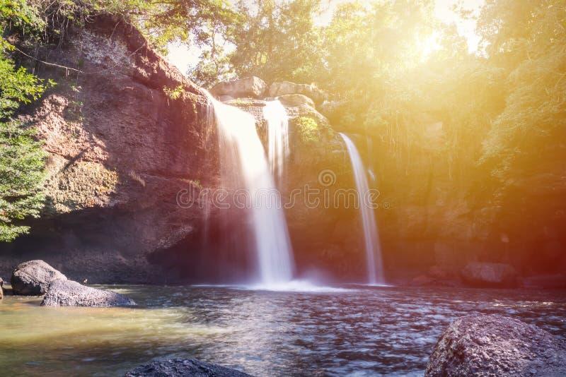 Verbazende mooie watervallen in diep bos bij de Waterval van Haew Suwat in het Nationale Park van Khao Yai stock foto's
