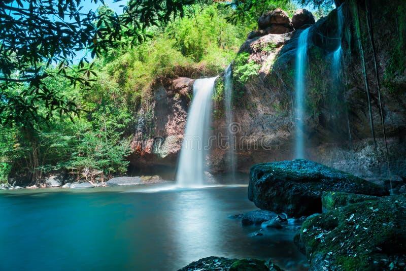 Verbazende mooie watervallen in diep bos bij de Waterval van Haew Suwat in het Nationale Park van Khao Yai stock fotografie