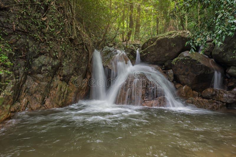 Verbazende mooie watervallen in Thailand stock fotografie