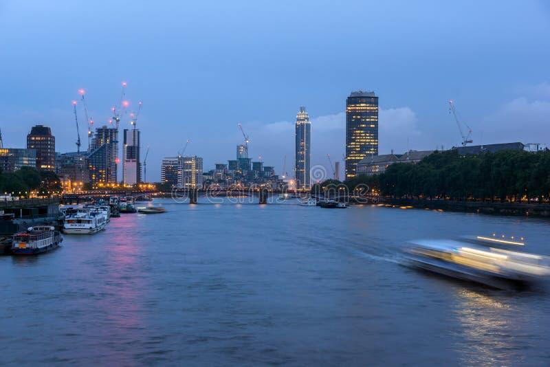 Verbazende nachtcityscape van stad van Londen, Engeland, het Verenigd Koninkrijk royalty-vrije stock afbeelding