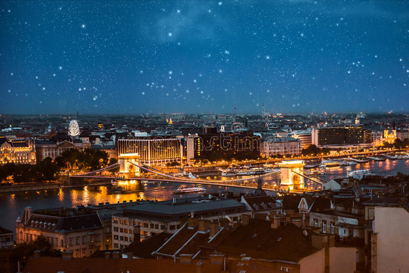 Verbazende nachtmening over Kettingsbrug in Boedapest stock foto's