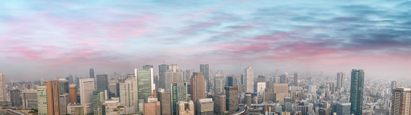 Verbazende panoramische zonsondergangmening van de horizon van Osaka, Japan, Alle advertenties r royalty-vrije stock foto