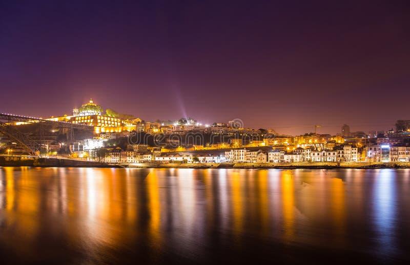 Verbazende Porto bij nacht Portugal stock afbeeldingen