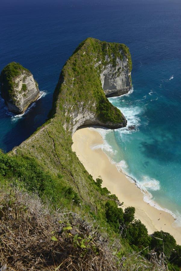 Verbazende Prachtige kust luchtdiemening van strand in Nusa Penida, zuidoosten wordt gevestigd van het Eiland van Bali, Indonesië stock fotografie