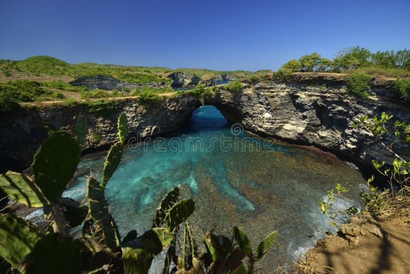 Verbazende Prachtige kust luchtdiemening van strand in Nusa Penida, zuidoosten wordt gevestigd van het Eiland van Bali, Indonesi? royalty-vrije stock afbeelding