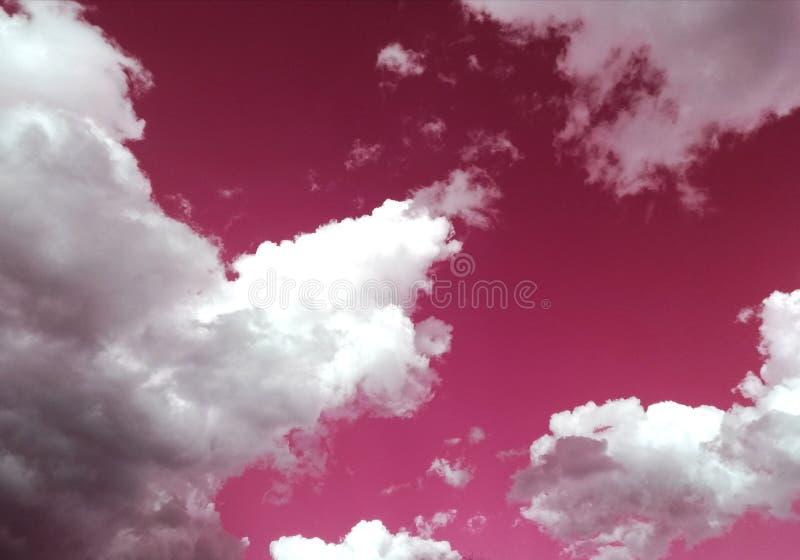 Verbazende roze hemel met perfecte witte wolken royalty-vrije stock afbeeldingen