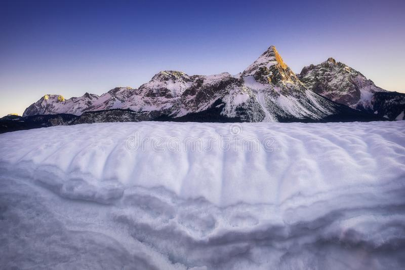 Verbazende scène van Sonnenspitze-berg Typische de winterscène dichtbij Ehrwald, Tirol, Oostenrijk royalty-vrije stock afbeelding