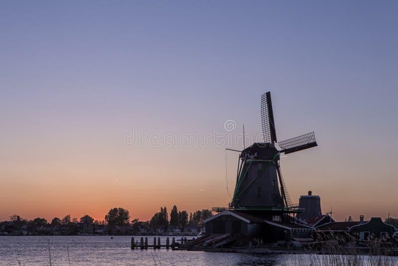 Verbazende Schilderachtige Mening van traditionele Nederlandse Windmolens bij Zonsondergang stock afbeelding