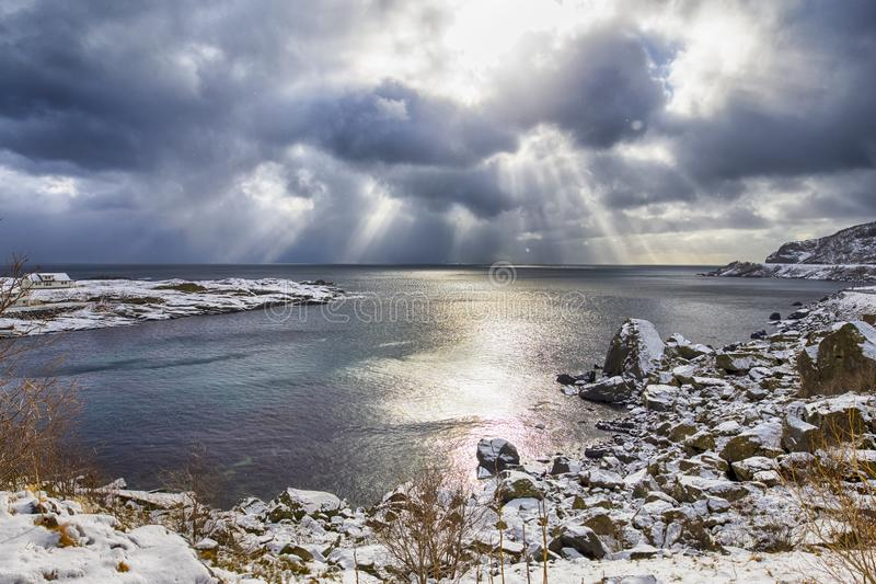 Verbazende Slanke Lijn van Zonlicht die van Zon op Horizon dalen stock fotografie