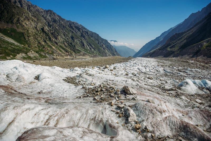 verbazende sneeuwvallei tussen bergen, Russische Federatie, de Kaukasus, royalty-vrije stock afbeeldingen