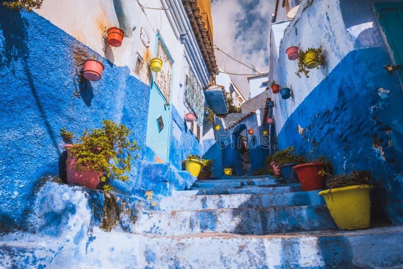 Verbazende straatmening van blauwe stad Chefchaouen Plaats: Chefchaouen, Marokko, Afrika royalty-vrije stock foto's