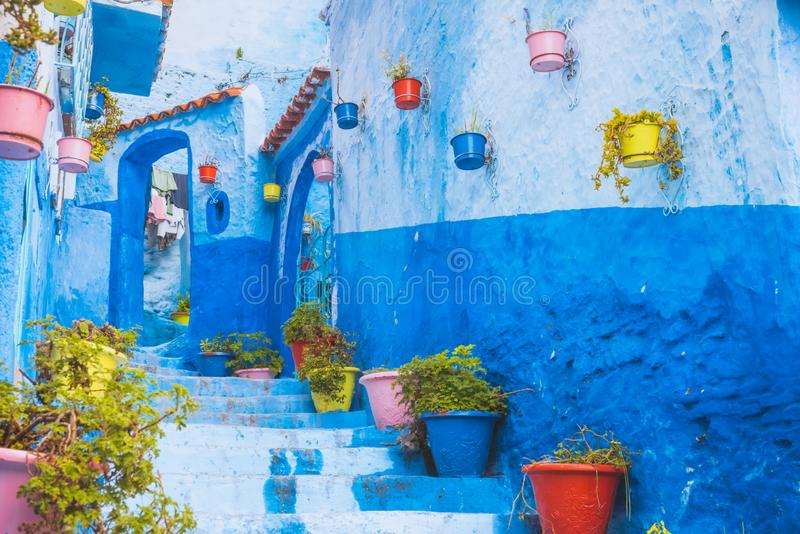 Verbazende straatmening van blauwe stad Chefchaouen Plaats: Chefchaouen, Marokko, Afrika royalty-vrije stock foto