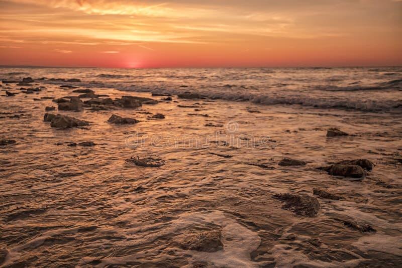 Verbazende warme zonsopgang over het overzees stock afbeeldingen
