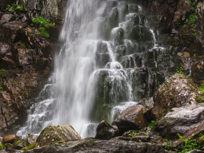 Verbazende waterval in diep boslandschap stock foto