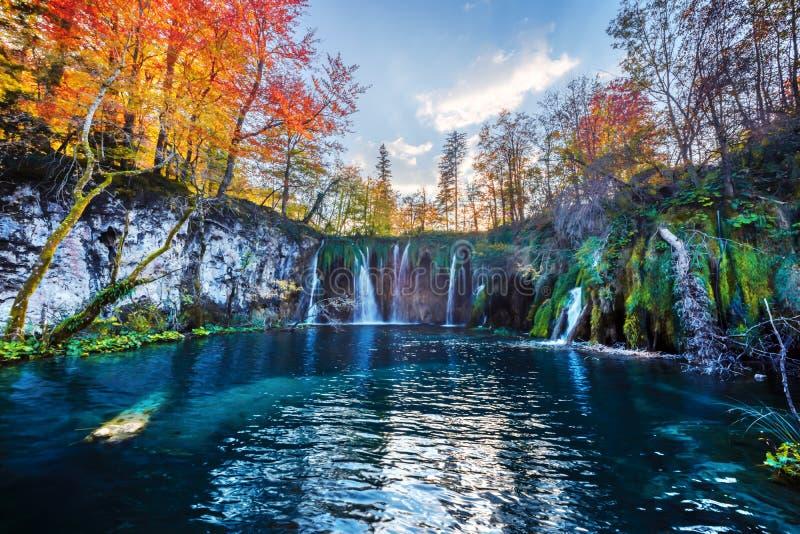 Verbazende waterval met zuiver blauw water in Plitvice-meren stock foto