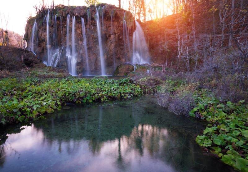 Verbazende Watervallen in Kroatisch Plitvice-Meren Nationaal Park stock fotografie
