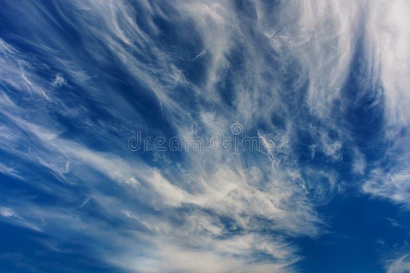 Verbazende wolken in de blauwe hemel Achtergrond stock afbeelding