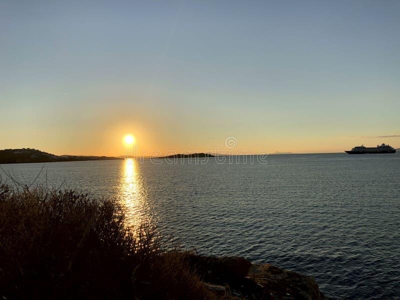 Verbazende zonsondergang bij de kust van het Eiland Mykonos in Griekenland stock fotografie