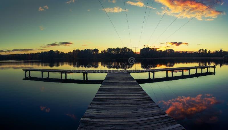 Verbazende zonsondergang bij het meer stock afbeeldingen