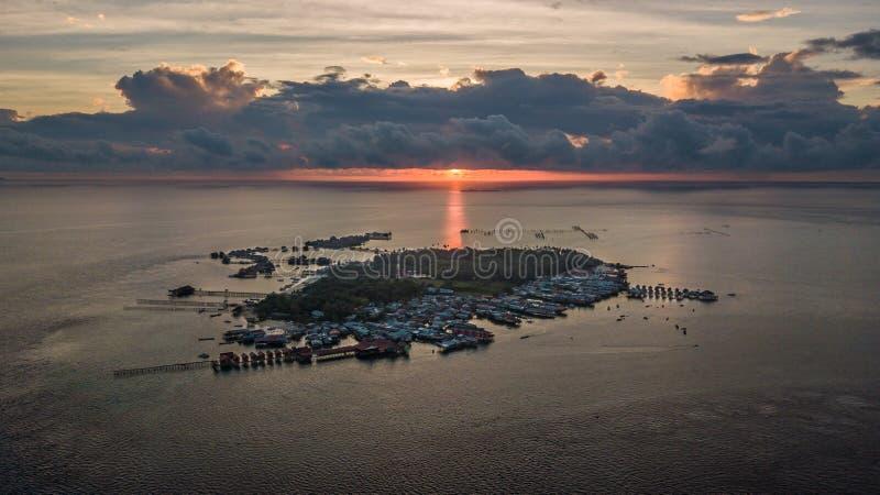 Verbazende zonsondergang boven het eiland stock afbeeldingen