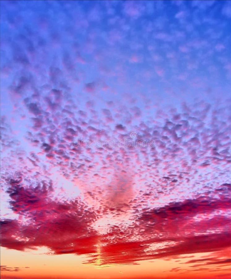 Verbazende zonsondergang De hemel in kleurrijke wolken stock foto's