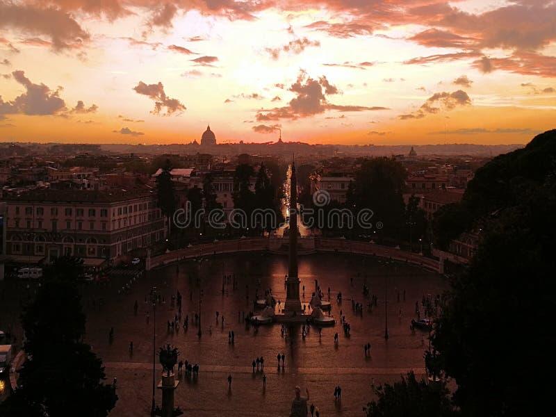 Verbazende zonsondergang met panorama van Rome in de herfst Genomen in Rome/Italië, 11 04 2017 royalty-vrije stock afbeeldingen