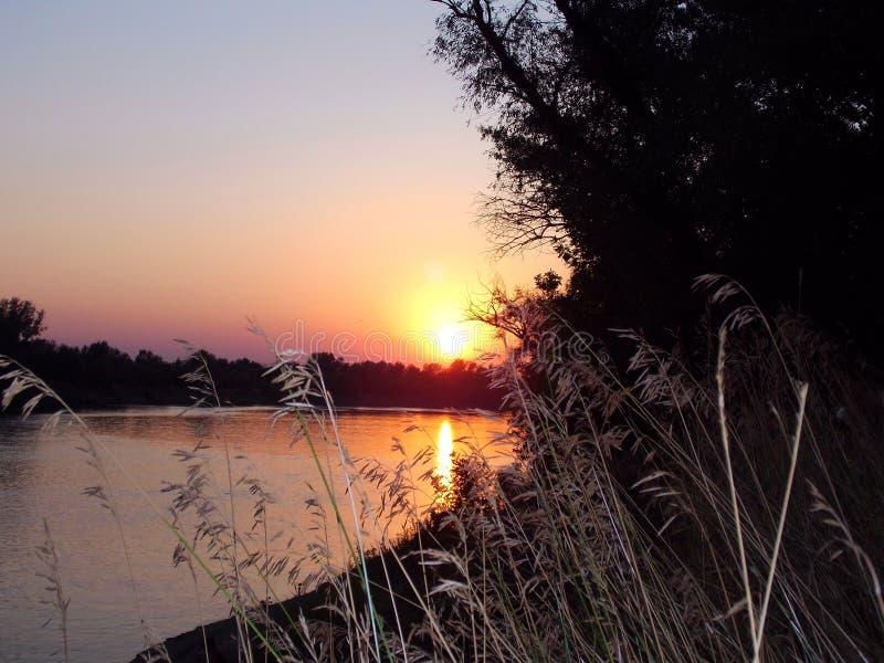 Verbazende zonsondergang op de rivier Akhtuba stock fotografie