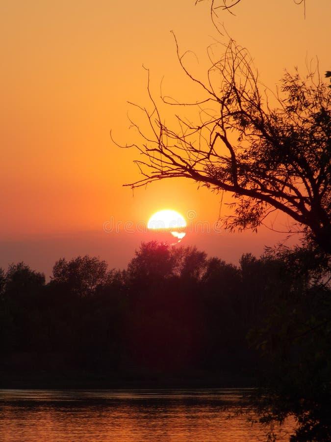 Verbazende zonsondergang op de rivier Akhtuba stock afbeelding