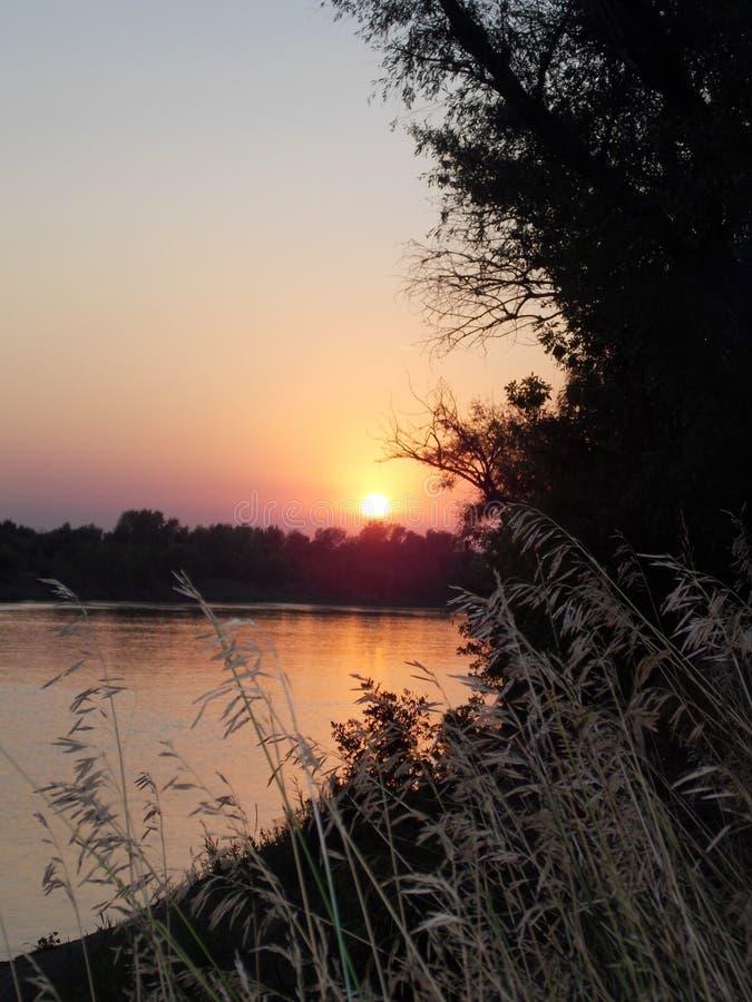 Verbazende zonsondergang op de rivier Akhtuba royalty-vrije stock afbeelding