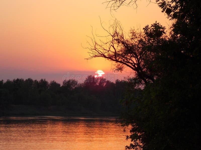 Verbazende zonsondergang op de rivier Akhtuba royalty-vrije stock foto