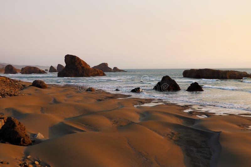 Verbazende zonsondergang op het strand, dichtbij de Vreedzame Oceaan, Californië royalty-vrije stock foto