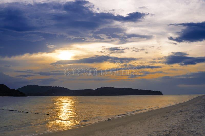 Verbazende zonsondergang op strand van het paradijs het tropische eiland royalty-vrije stock afbeelding